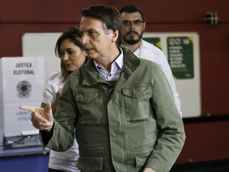 Новое слово в популизме. Президент Бразилии сиганул с лодки и поплыл к людям