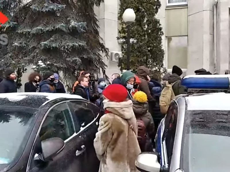 Обстановка у суда // Скриншот с видео на YouTube
