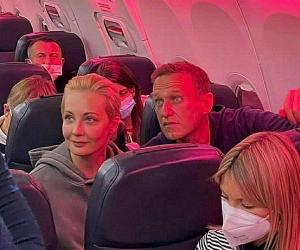 Алексей Навальный с женой в самолете // фото: Global Look Press