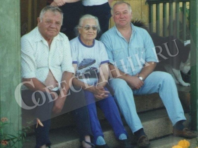 Сергей Скрипаль (справа) с папой и мамой // Фото в статье: личный архив Виктории Скрипаль