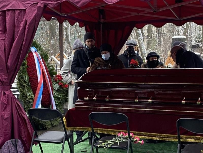 Вдова и внук Владимира Коренева на похоронах артиста // Фото: автора