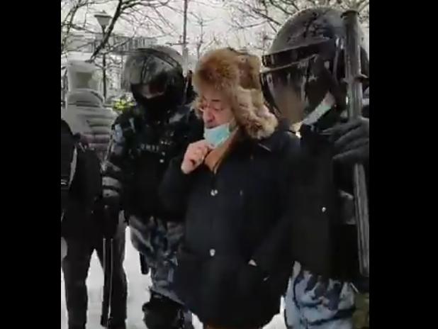 Задержание Николая Сванидзе // Скриншот из видео VTimes
