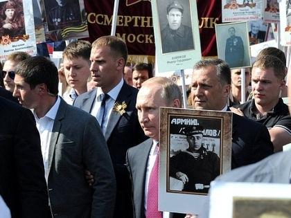 Владимир Путин во время шествия «Бессмертного полка» // kremlin.ru
