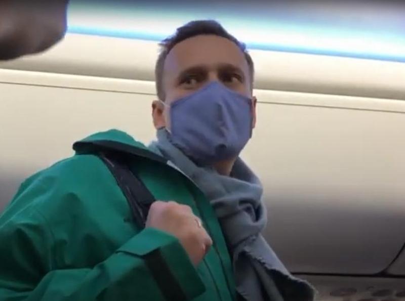 Навальный на борту самолета, летевшего и Германии в Россию//фото: стоп-кадр YouTube