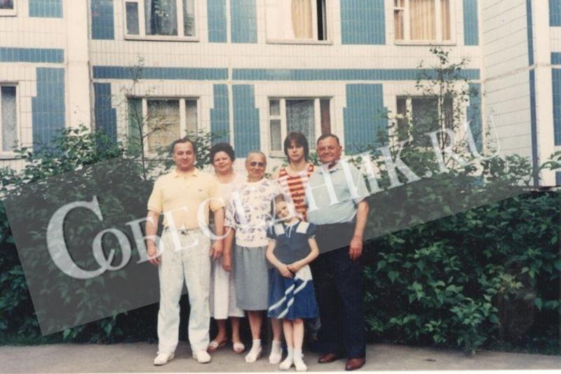Слева направо: Сергей, его жена Людмила Александровна, мама Елена Яковлевна, сын Александр и дочь Юлия, отец Виктор Федорович, 1990 год