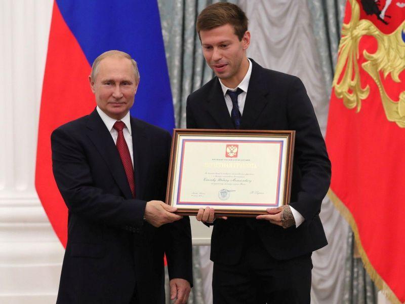 Владимир Путин награждает Федора Смолова «за большой вклад в развитие отечественного футбола и высокие спортивные достижения» // фото: kremlin.ru / Global Look Press