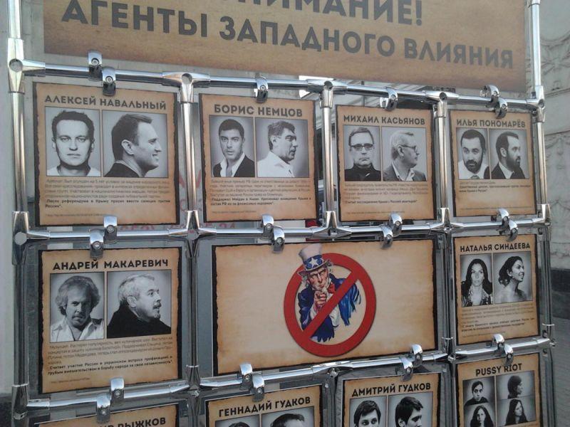 """В Крыму не впервые пересчитывают """"врагов"""": такой стенд с """"агентами западного влияния"""" увидел в апреле 2014 года на вокзале и в аэропорту Симферополя украинский twitter-блогер @Dbnmjr"""