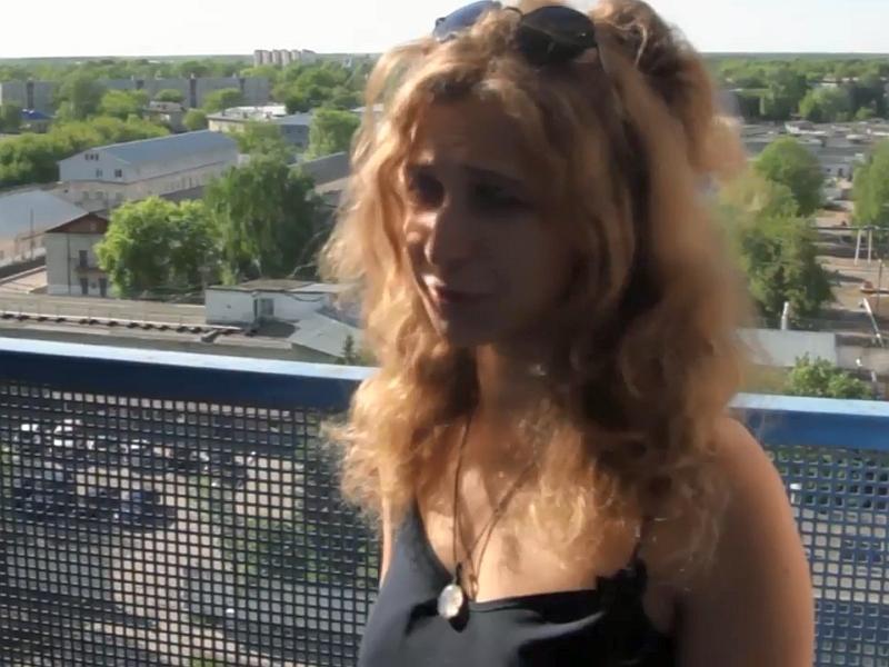 Мария Алехина на фоне нижегородской ИК-2