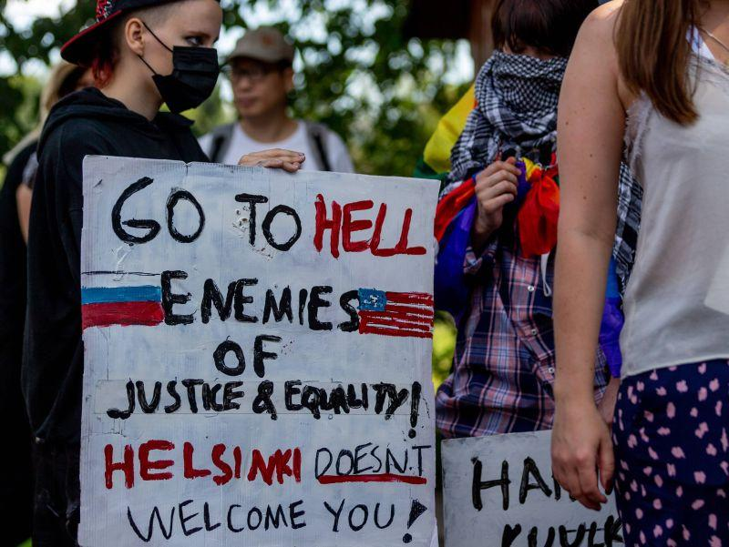 Службы безопасности брали меры: некоторые в Хельсинки были не рады видеть ни Трампа, ни Путина // фото: Joakim Klementi / imago stock&people / Global Look Press