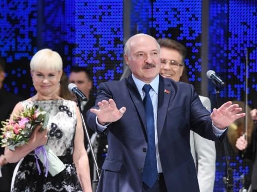 Лукашенко часто отрывается от бумажки, и это самые яркие моменты его речи // фото: Виктор Толочко / РИА «Новости»