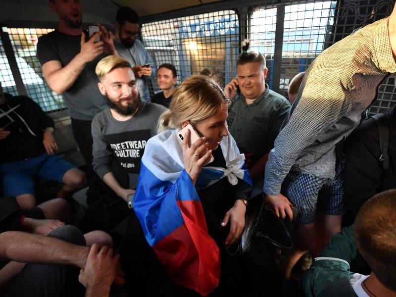 Любовь Соболь в автозаке во время одного из митингов в Москве 2019 года // Фото: Global Look Press