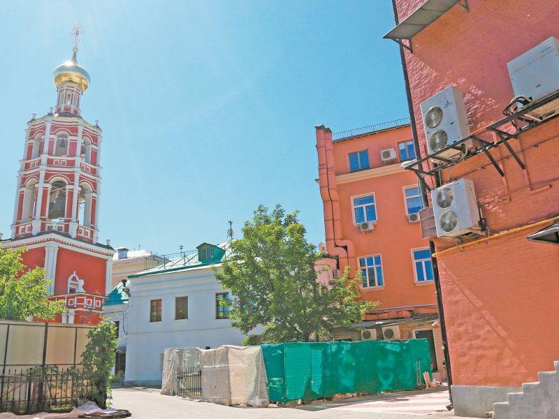 """Несколько лет жители дома не могут поделить двор с монастырем // фото: Андрей Струнин / """"Собеседник"""""""