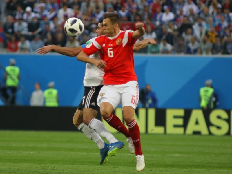 Денис Черышев в противоборстве в матче ЧМ-2018 Россия – Египет (3:1) // фото: Максим Константинов / Global Look Press