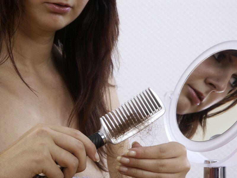 С выпадением волос может столкнуться каждый, а вот причины могут быть разные // фото: Rudolf / Arco Images GmbH / Global Look Press
