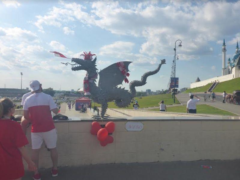 Дракон Зилант болеет за Польшу // Фото: Соколов Дмитрий