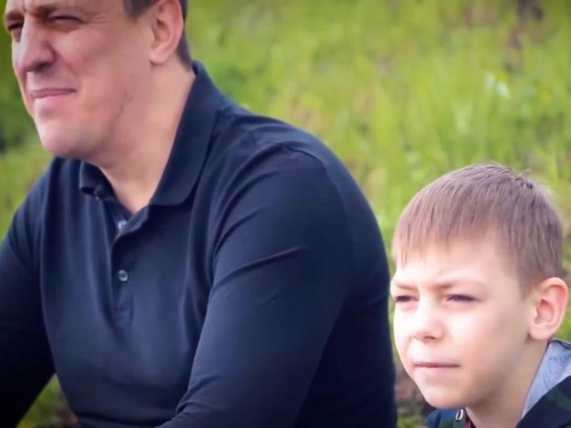 Политически своевременная песня отца и сына из Ульяновска шагает по стране. Довольны не все