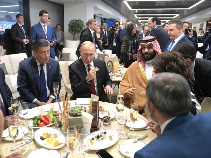 Владимир Путин и принц Саудовской Аравии в перерыве первого матча ЧМ-2018 // фото: Kremlin Pool / Global Look Press
