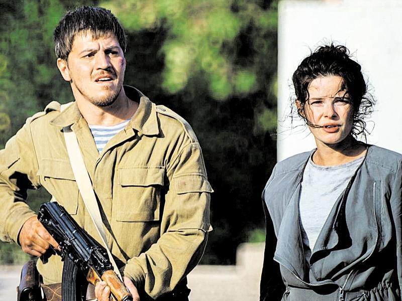 «Ополченец» и «бандеровка» оказались в одной команде // фото: кадр из фильма «Донбасс. Окраина»