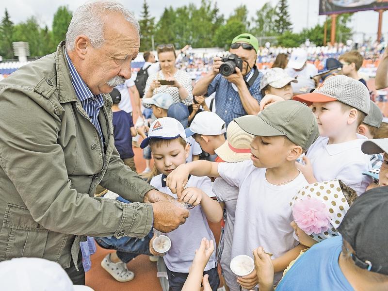 Детишки набросились на Леонида Якубовича // фото в статье: «Первый канал»