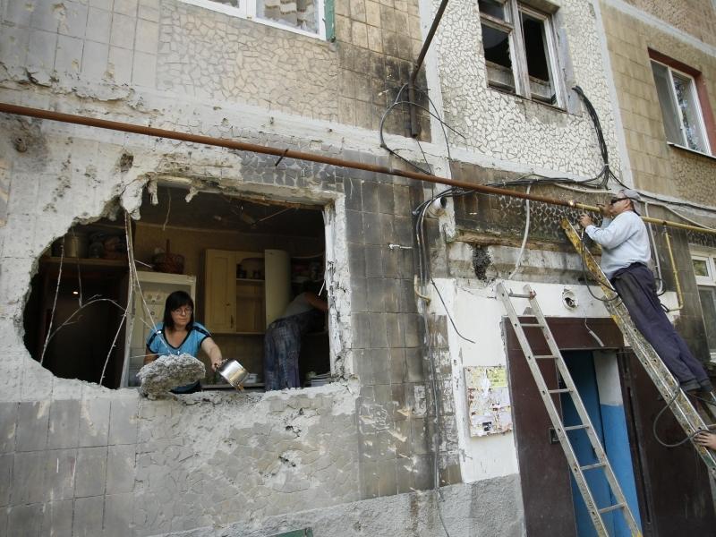 Дома бомбят, а жизнь идет // фото: Global Look Press