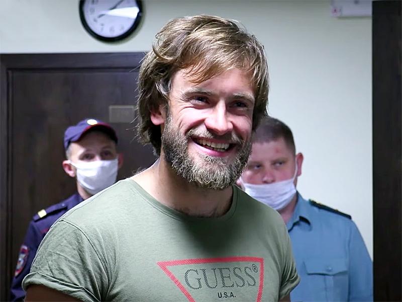 Петр Верзилов в зале суда / фото: скриншот Youtube