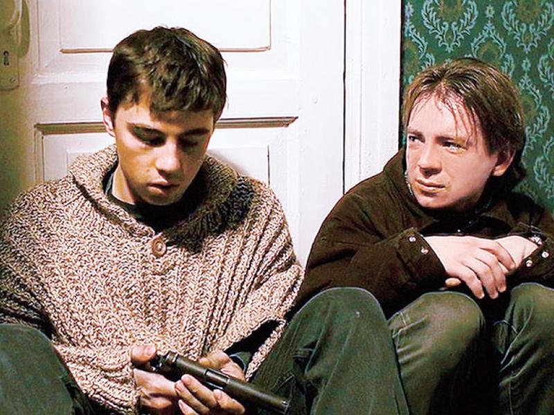 Сергей Бодров и Андрей Федорцов / кадр из фильма «Брат» / фото в статье: Global Look Press, скриншот Youtube
