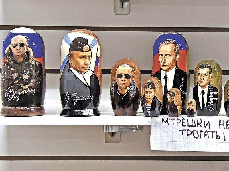 Всевозможные матрешки с изображением лидера страны продают не только на улицах, но в и интернете // фото: depositphotos