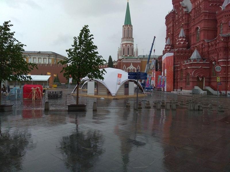 Подготовка к книжной ярмарке на Красной площади // Фото: Дмитрий Соколов