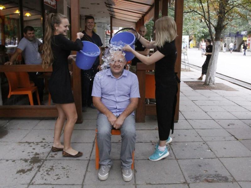 Участие саратовских волонтеров «Точки Опоры» в благотворительной акции «Ice Bucket Challenge» // Фото: Global Look Press