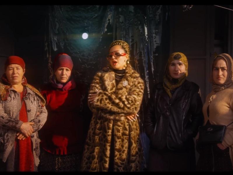 Кадр из клипа певицы Манижи «Недославянка»
