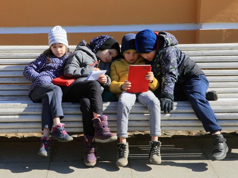 Большинство родителей считают соцсети и интернет главной проблемой детей
