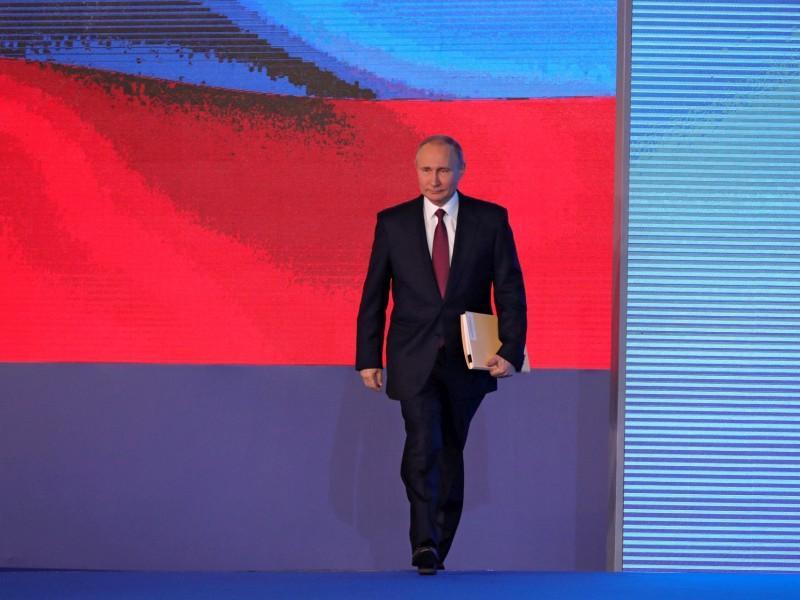 Владимир Путин выходит на сцену Большого Манежа в Москве 1 марта 2018 года, чтобы прочитать свое Послание Федеральному собранию // фото: Kremlin Pool / Global Look Press