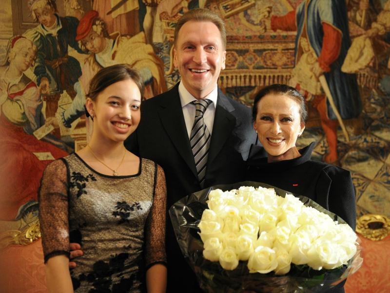 Мария Шувалова с отцом и балериной №1 Майей Плисецкой // Фото: ТАСС