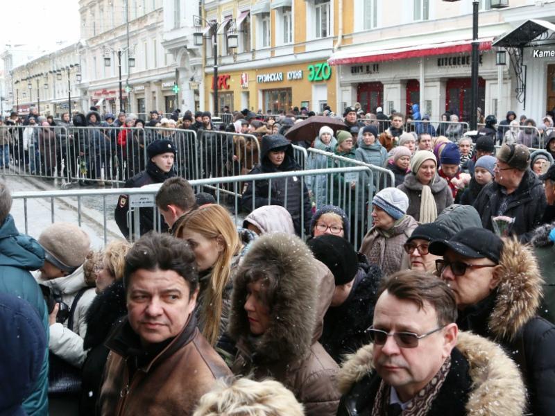 Проститься с великим артистом пришли многие москвичи и гости столицы
