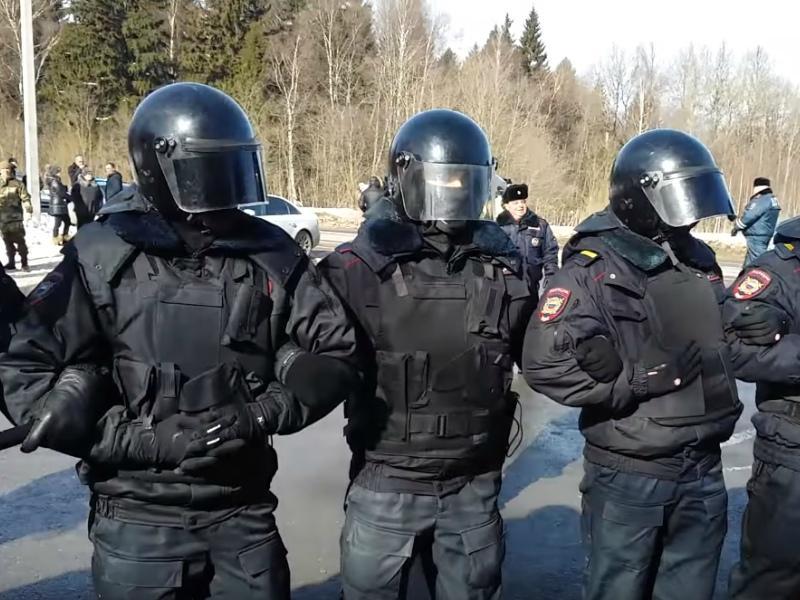 Протест жителей натолкнулся на стену ОМОНа и молчания чиновников // Стоп-кадр YouTube