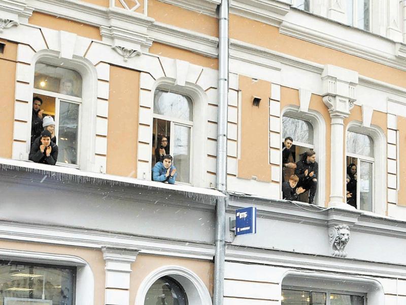 Студенты провожали мастера в последний путь, свесившись из окон Школы-студии МХАТ
