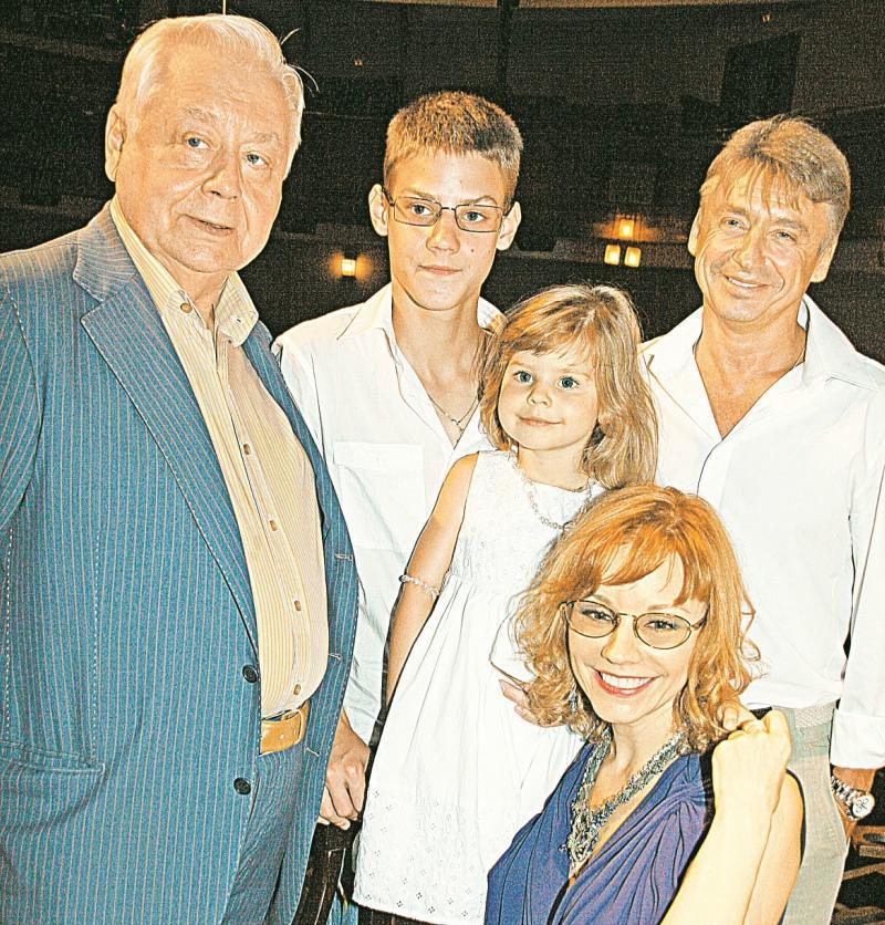 С сыном Антоном и новой семьёй