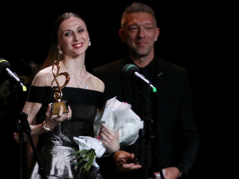 Премию Светлане Захаровой вручил один из самых известных французов Венсан Кассель // Фото: Андрей Струнин / «Собеседник»