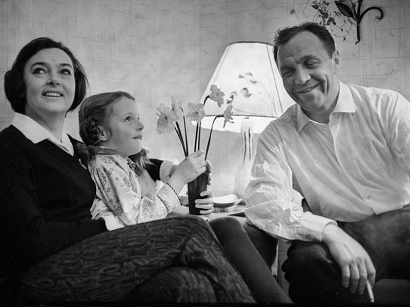 Дочь артистов Елена Ульянова бережно хранит память о родителях // фото: Михаил Озерский / ТАСС