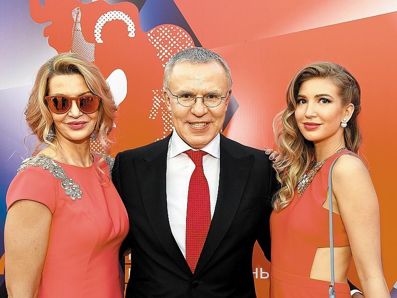 С женой Ладленой и дочерью Анастасией // фото: Global Look Press / Anatoly Lomohov