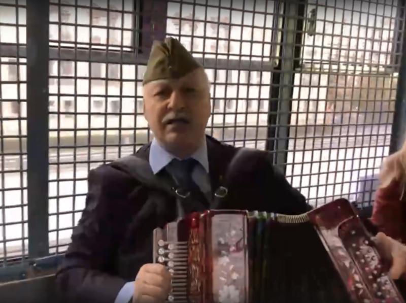 Николай Зубрилин в автозаке пел песни военных лет//фото: стоп-кадр видео Вконтакте