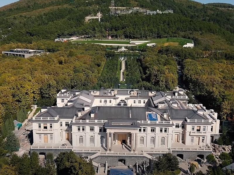 """Апарт-отель в Геленджике, известный как """"Дворец Путина"""" // Скриншот из Youtube"""