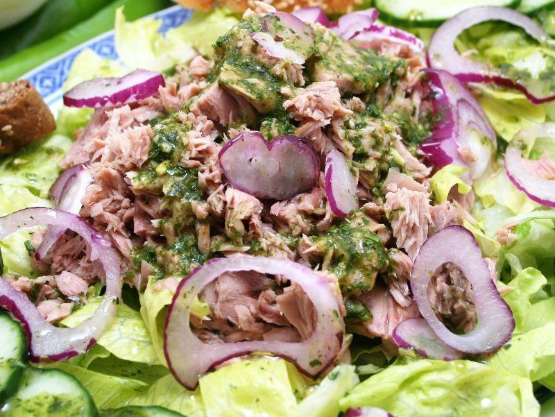 Блюдо можно подать вместе со свежими листьями салата  // фото: Global Look Press