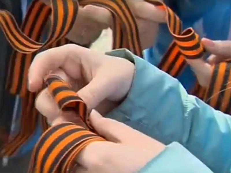 Георгиевские – или вернее, гвардейские – ленточки в преддверии Дня Победы в России раздают даже на улицах // стоп-кадр Youtube