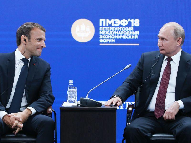 Президенты Франции и России Эммануэль Макрон и Владимир Путин на Петербургском международном экономическом форуме – 2018 // фото: TASS Photoagency / Global Look Press