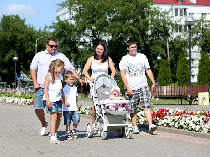 По мнению опрошенных, интересы детей в России больше всех защищают их близкие // фото: Елена Сикорская / Global Look Press