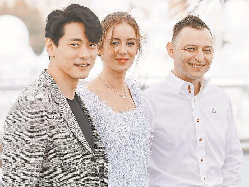 Исполнители главных ролей в «Лете» – Тео Ю, Ирина Старшенбаум и Рома Зверь – в Каннах // фото: Global Look Press