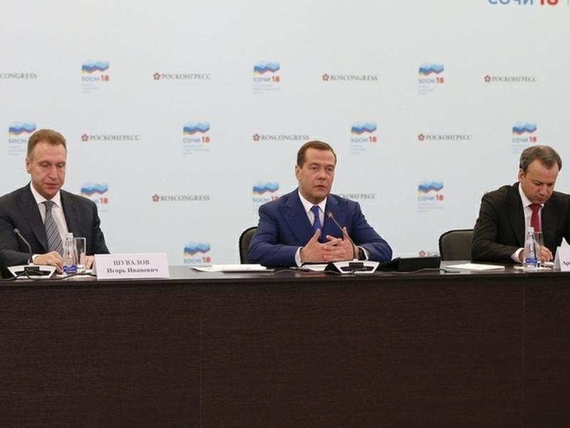 Экс – вице-премьеры Игорь Шувалов (слева) и Аркадий Дворкович (справа) среди тех, кто не вошел в состав нового правительства Дмитрия Медведева (в центре) // фото: пресс-служба правительства / Global Look Press