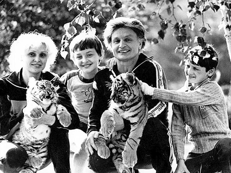 Эдгард и Аскольд Запашные с именитыми родителями и тигрятами