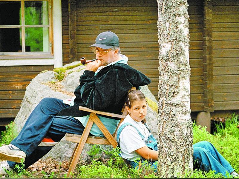 Александр Ширвиндт с внучкой на даче